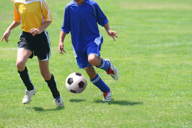 Filles jouant au football image libre de droits