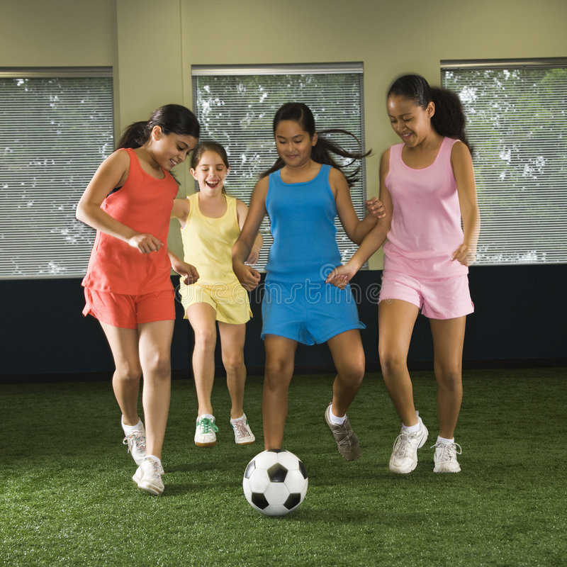 Filles jouant au football. images stock