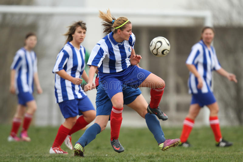Filles jouant au football photo stock