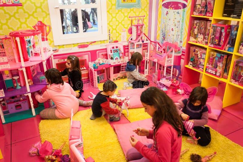 Filles jouant la maison de Barbie intérieure à G ! venez le giocare à Milan, Italie photographie stock libre de droits