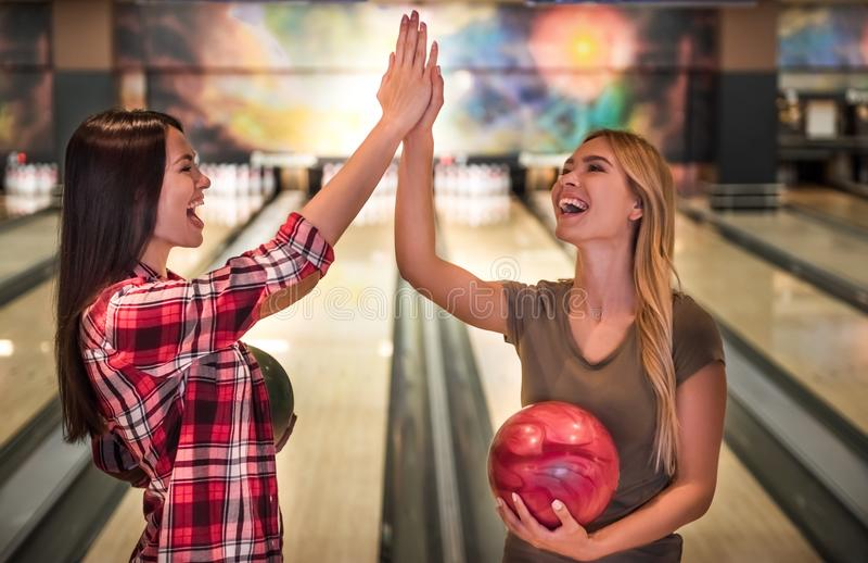 Filles jouant le bowling images stock