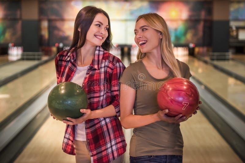 Filles jouant le bowling image libre de droits