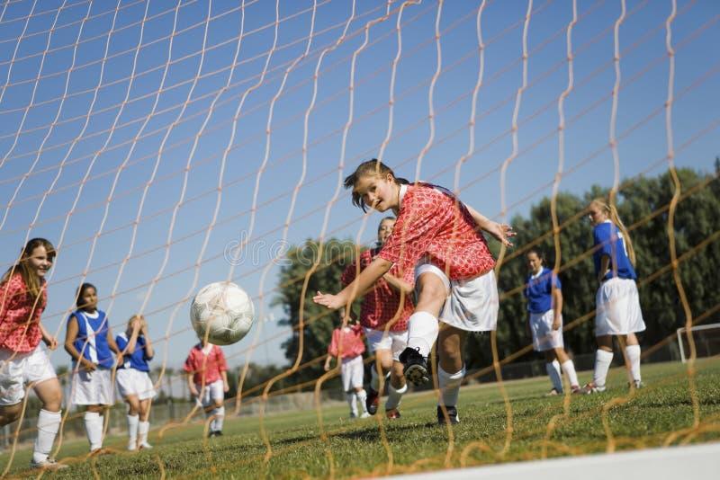 Filles jouant le football photographie stock libre de droits