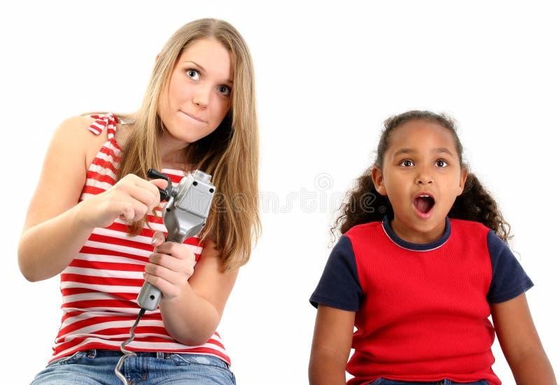 Filles jouant le jeu vidéo image stock