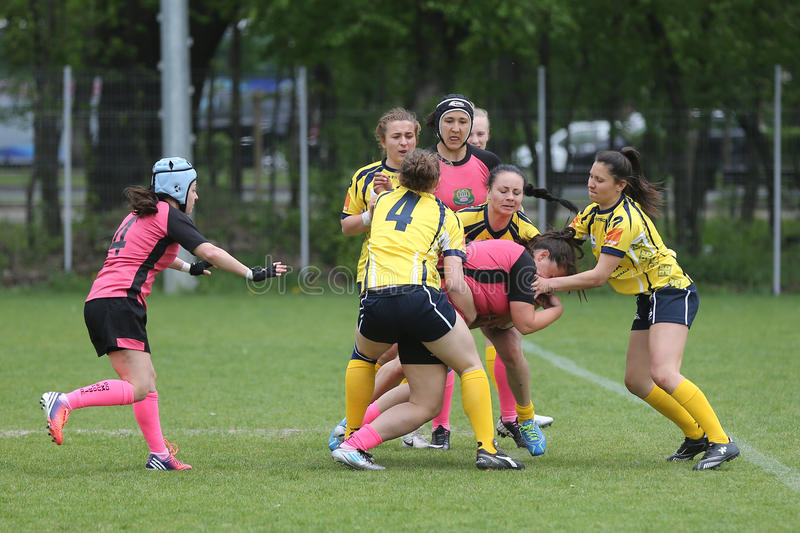 Filles jouant le rugby photos stock