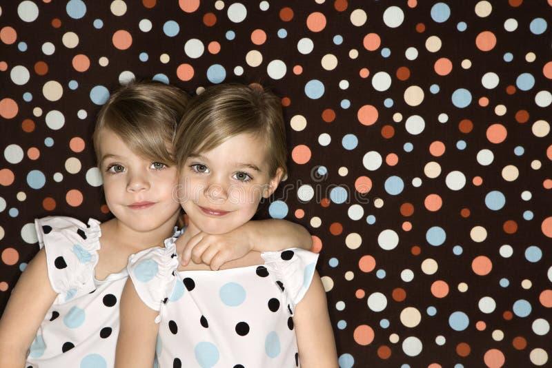 Filles jumelles caucasiennes regardant le visualisateur. photo stock