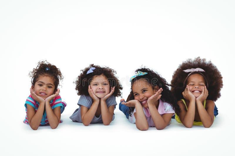 Filles mignonnes s'étendant sur le plancher avec la tête sur des mains photos libres de droits