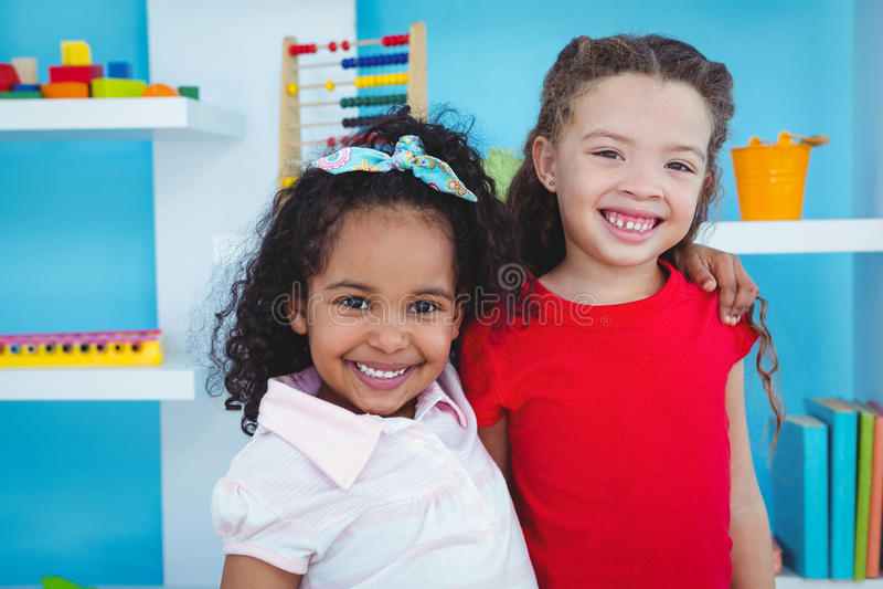 Filles mignonnes souriant à l'appareil-photo photo stock