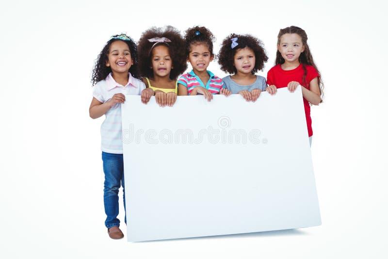 Filles mignonnes tenant le grand papier images stock
