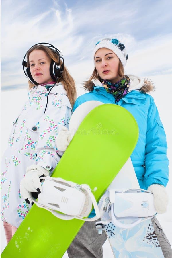 Filles modernes de snowborder d'amusement de couples photos libres de droits