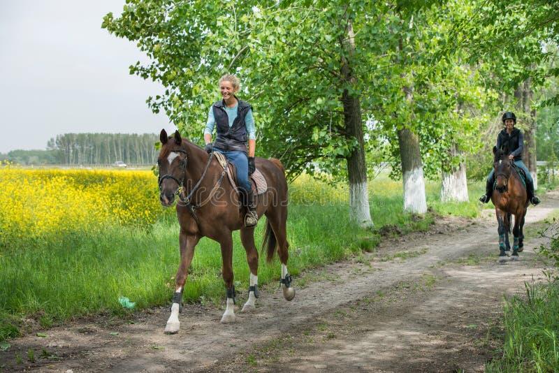 Filles montant à cheval photos stock