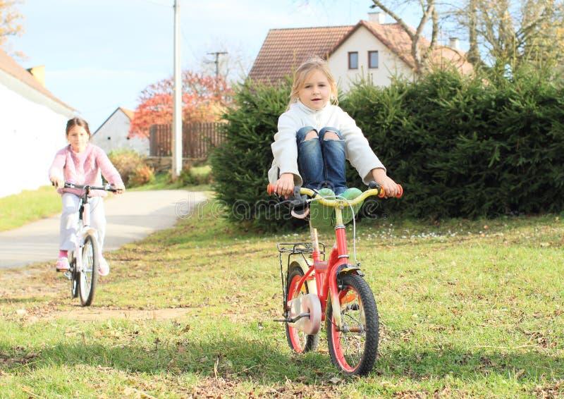 Filles montant un vélo photos stock