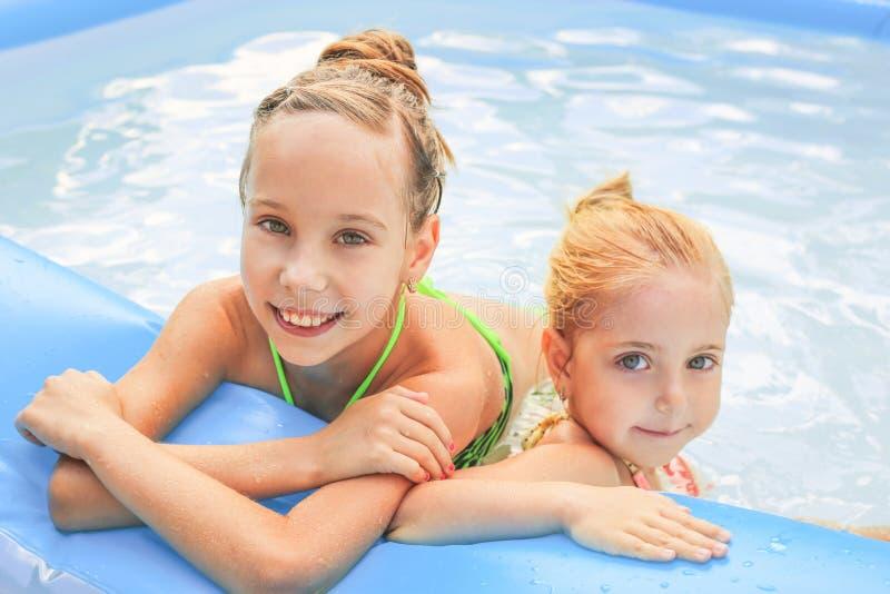 Filles nageant dans la piscine photos stock