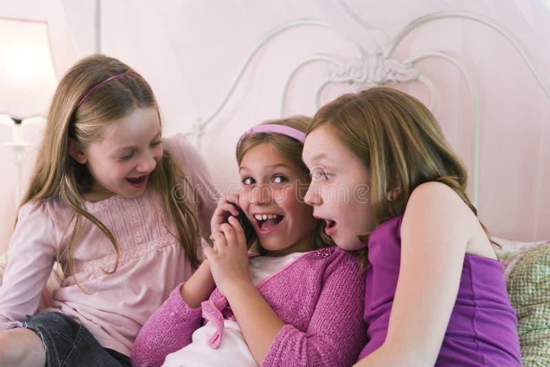 Filles parlant à un téléphone image libre de droits