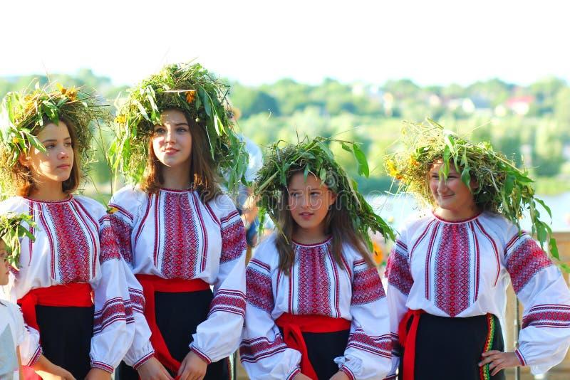 Filles portant des guirlandes et des vêtements ukrainiens ethniques traditionnels célébrant des vacances païennes - Ivan K photo stock