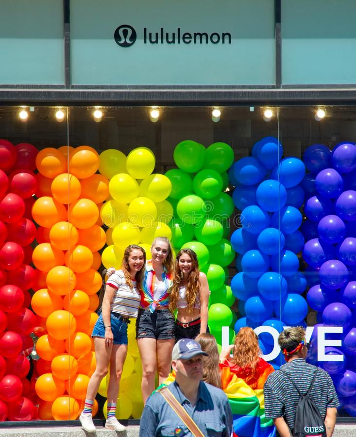 Filles posant devant le Lululemon pendant New York City 2018 Pride Parade photographie stock