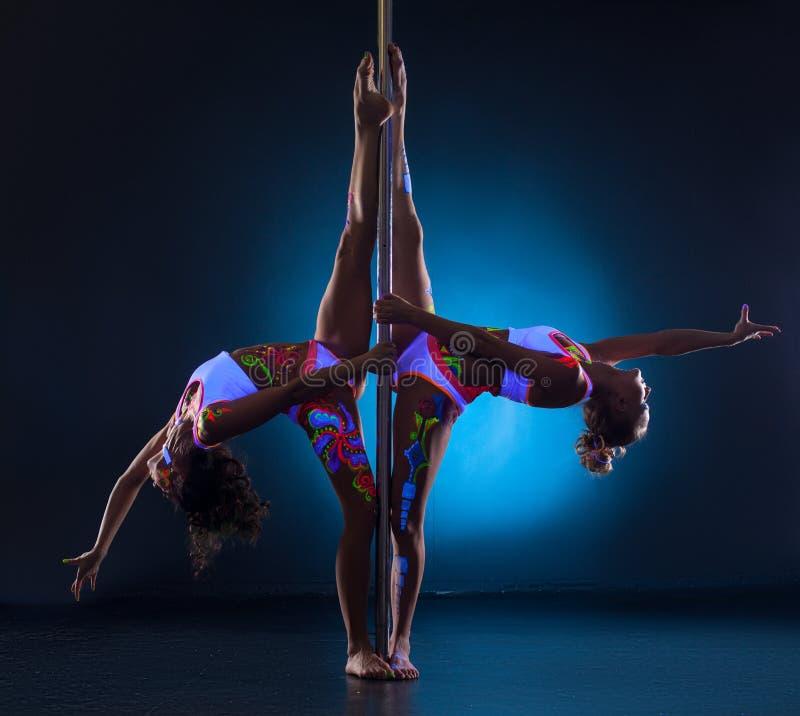 Filles posant faire symétriquement des fentes gymnastiques photographie stock