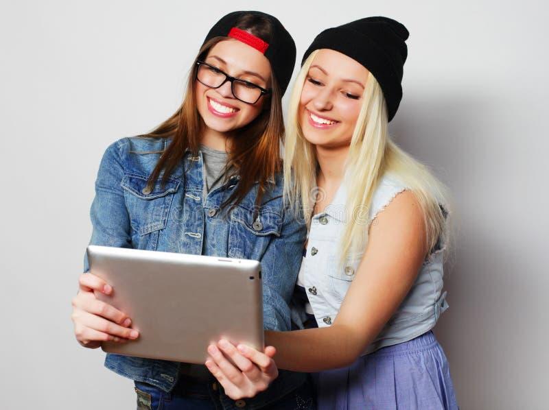 filles prenant un autoportrait avec un comprimé photos libres de droits