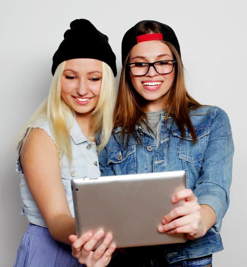 filles prenant un autoportrait avec un comprimé image stock