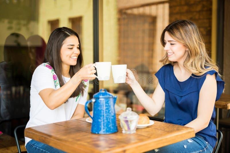 Filles profitant d'un agréable moment au café image libre de droits