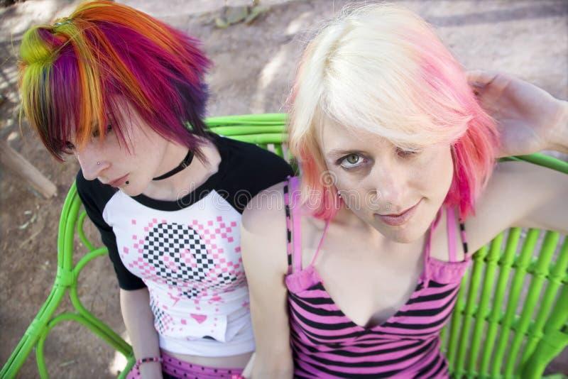 Filles punkes sur un banc photographie stock libre de droits
