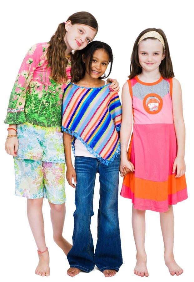 filles restant trois ensemble image stock