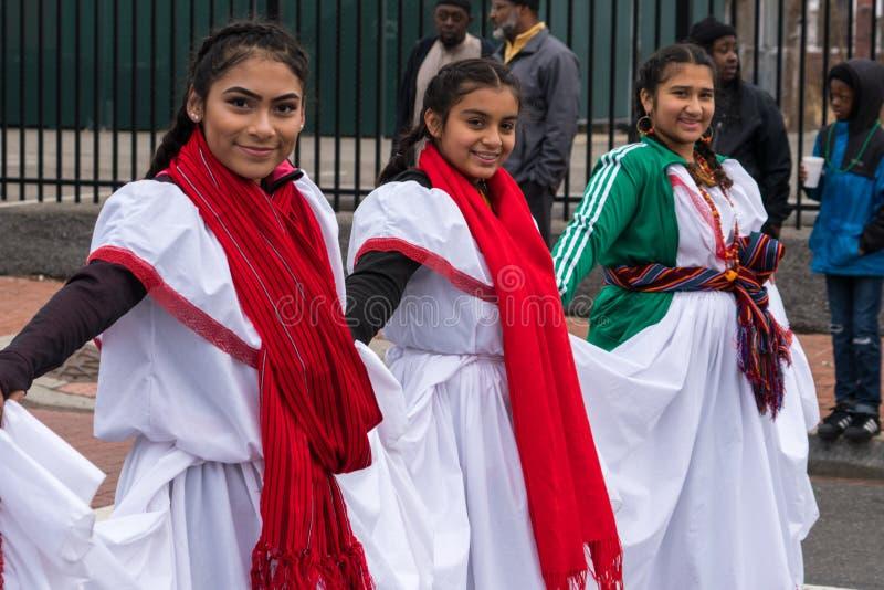 Filles salvadoriennes dans la robe indigène image libre de droits