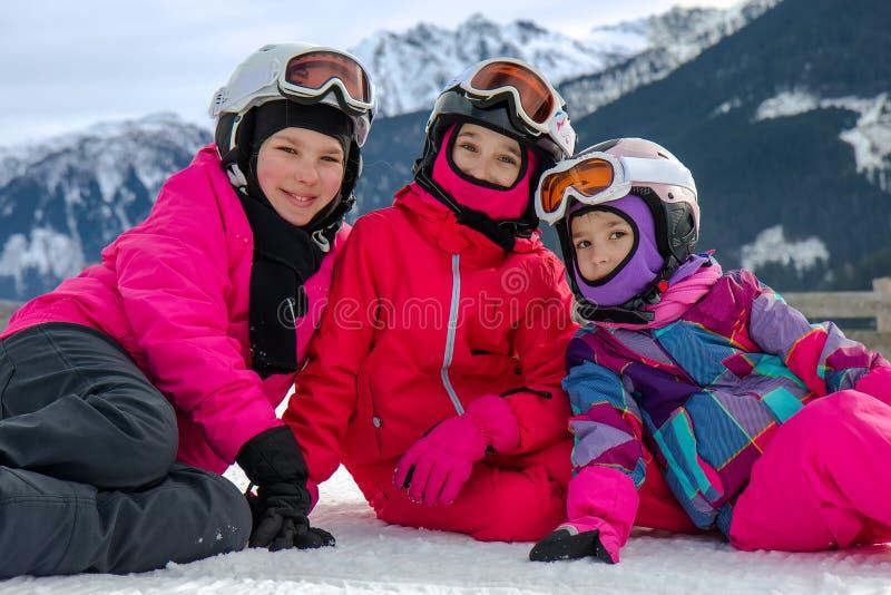Filles se trouvant sur la neige photos stock