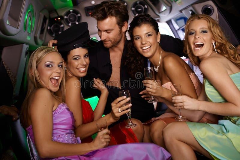 Filles sexy ayant l'amusement dans la limousine photos libres de droits