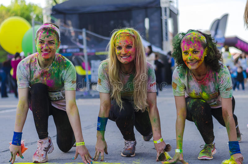 Filles souriant avec la poudre colorée image stock
