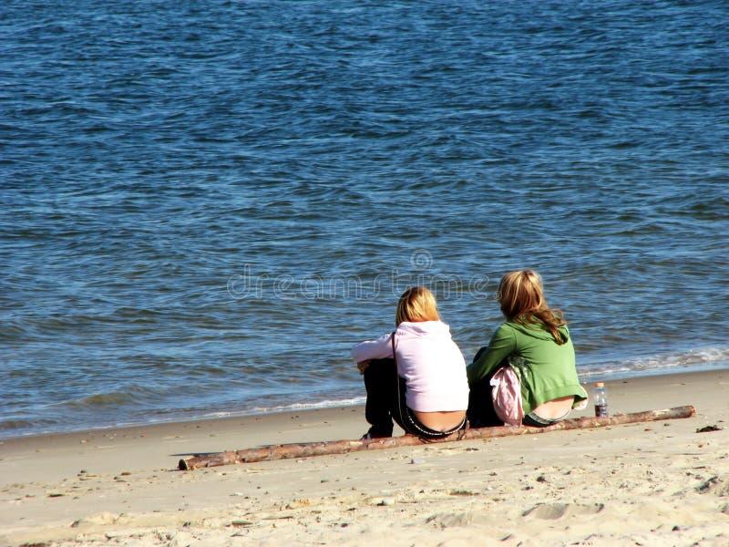 Filles sur la plage image stock
