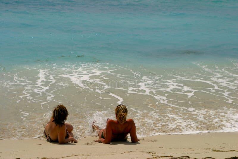Download Filles sur la plage image stock. Image du parler, ondes - 73535