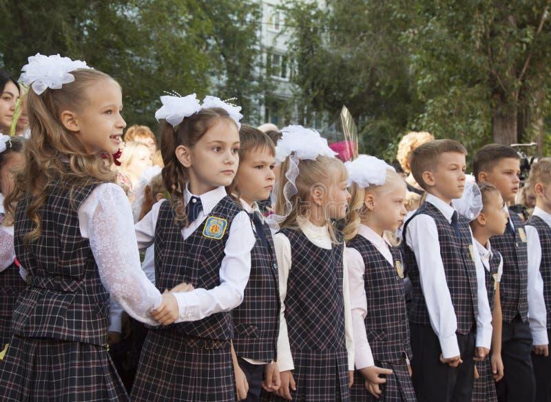 Filles sur la règle solennelle à l'école sur le premier septembre image stock