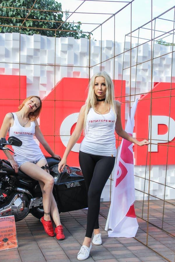 Download Filles Sur Le Fond D'une Moto Image éditorial - Image du cycle, célébration: 77163010
