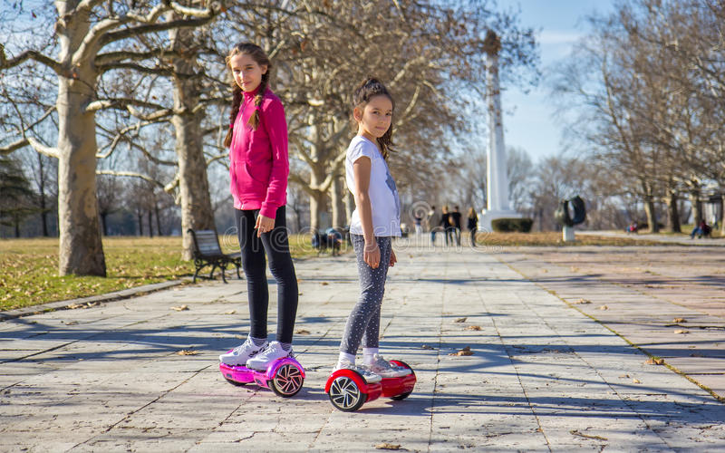 Filles sur le hoverboard photo libre de droits