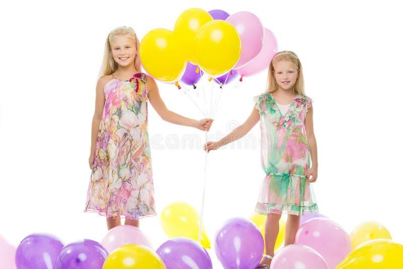 Filles tenant des ballons photographie stock libre de droits