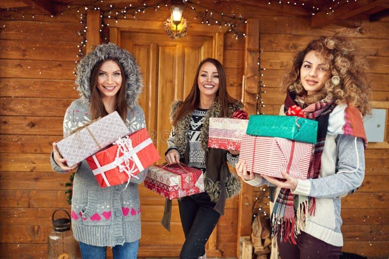 Filles tenant des cadeaux de Noël photographie stock libre de droits