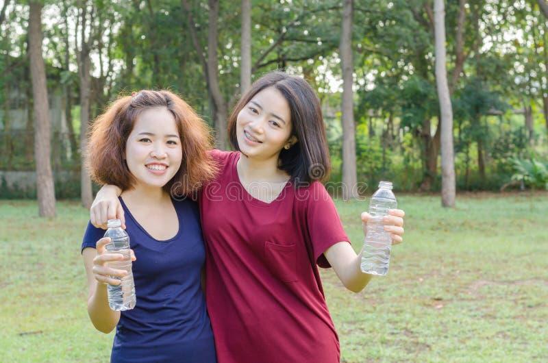 Filles tenant une bouteille d'eau potable  photos libres de droits