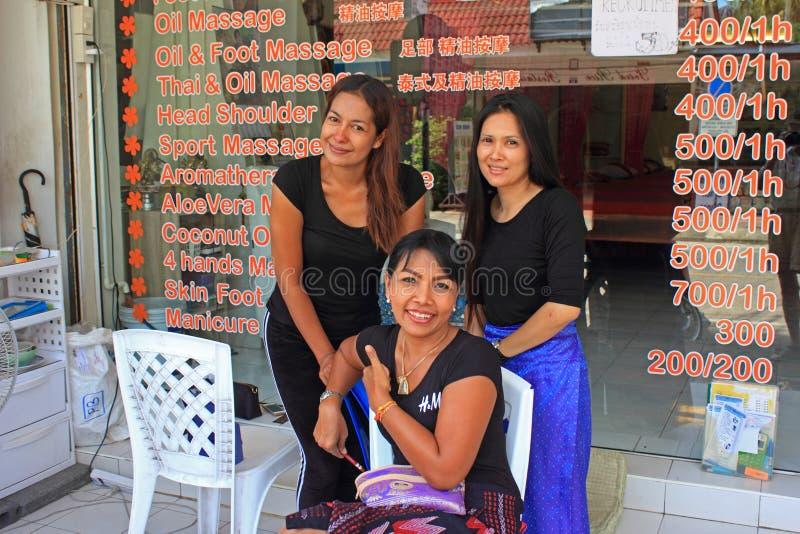 Filles thaïlandaises de massage, plage de Kata, Phuket, Thaïlande images libres de droits
