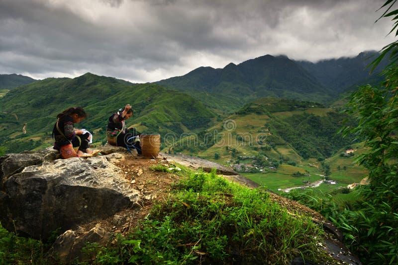 Filles vietnamiennes dans la robe traditionnelle photos libres de droits