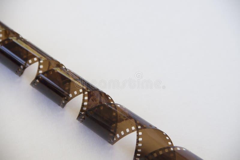 Film da una vecchia macchina fotografica su un fondo bianco fotografia stock