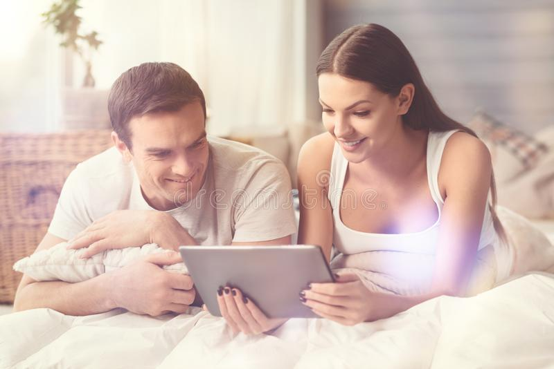 Film de observation de couples adorables lumineux ensemble image stock