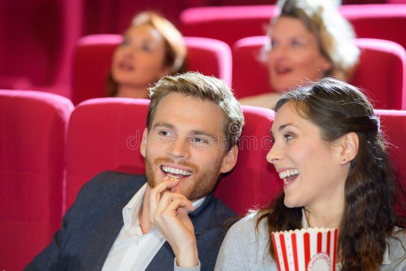 Film de observation de couples heureux dans le cin?ma photographie stock libre de droits