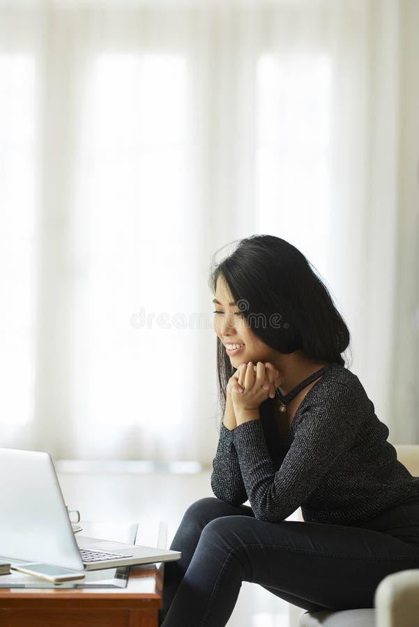 Film de observation de femme sur l'ordinateur portable image libre de droits