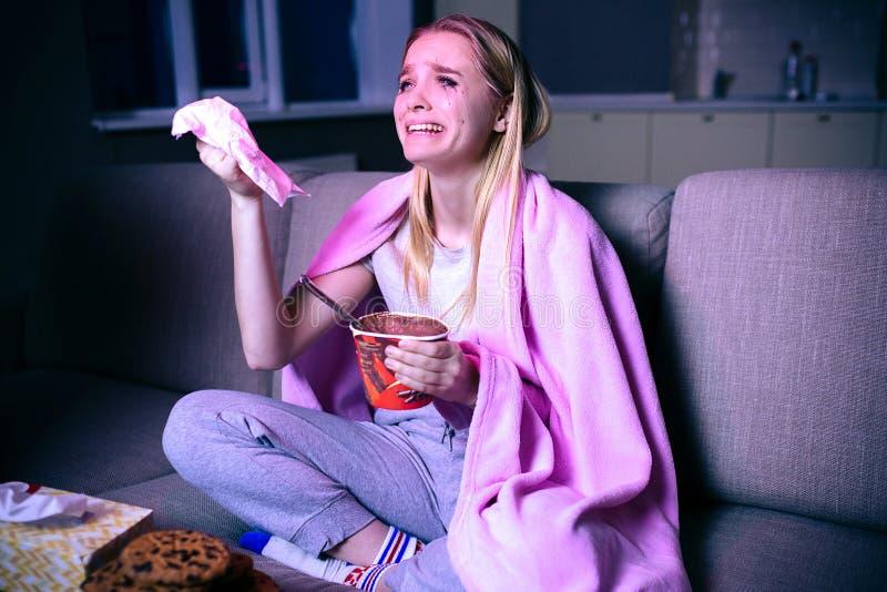 Film de observation de jeune femme la nuit Modèle émotif se reposant sur le sofa et pleurer Film ou série télévisée triste de obs photographie stock