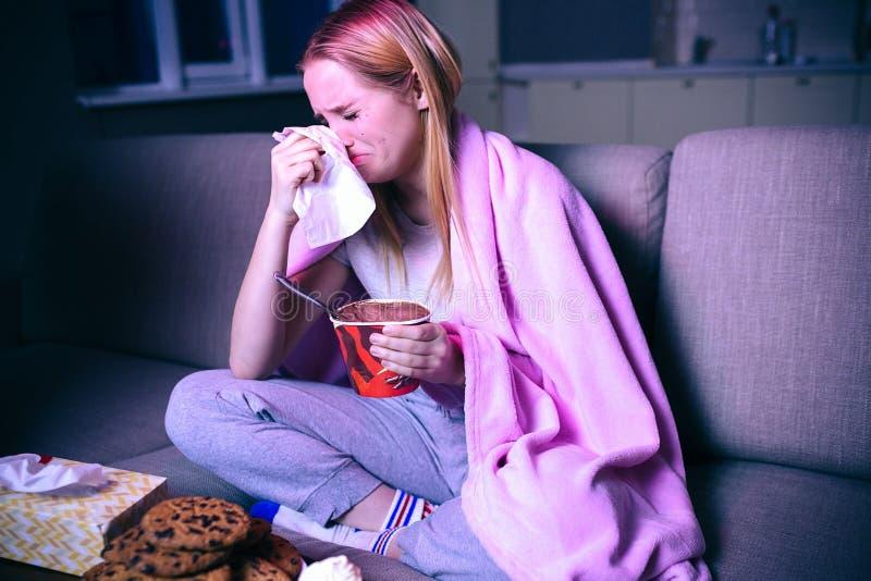 Film de observation de jeune femme la nuit Se reposer sur le sofa et pleurer Tenir le tissu près de la tête Consommation de la cr images libres de droits