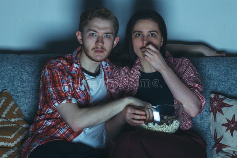 Film de observation de thriller de jeunes couples images stock