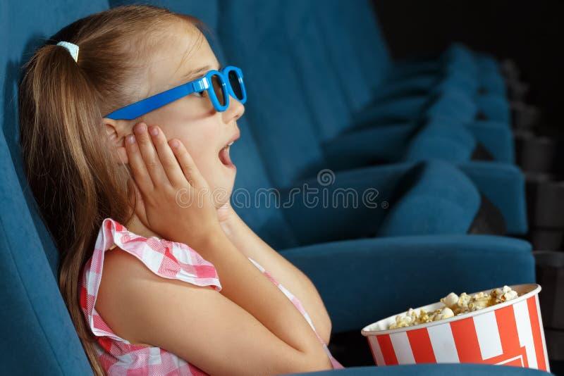 Film di sorveglianza della bambina al cinema fotografia stock