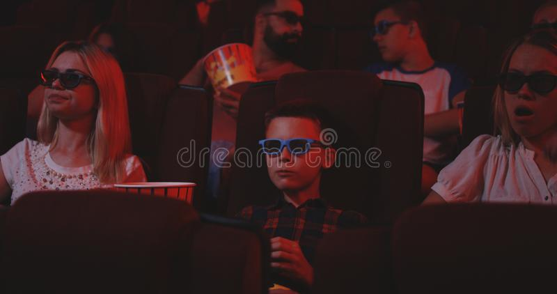 Film di sorveglianza della commedia del ragazzo in cinema immagini stock