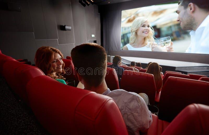 Film di sorveglianza delle coppie felici e parlare nel teatro fotografia stock libera da diritti